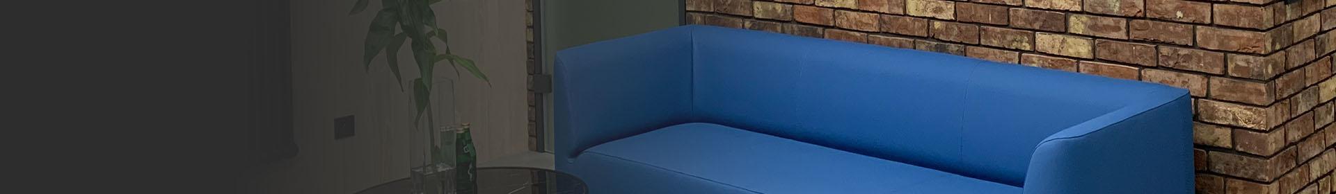 niebieska kanapa