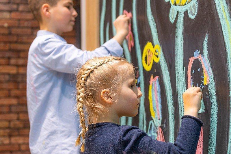 dzieci malujące natablicy