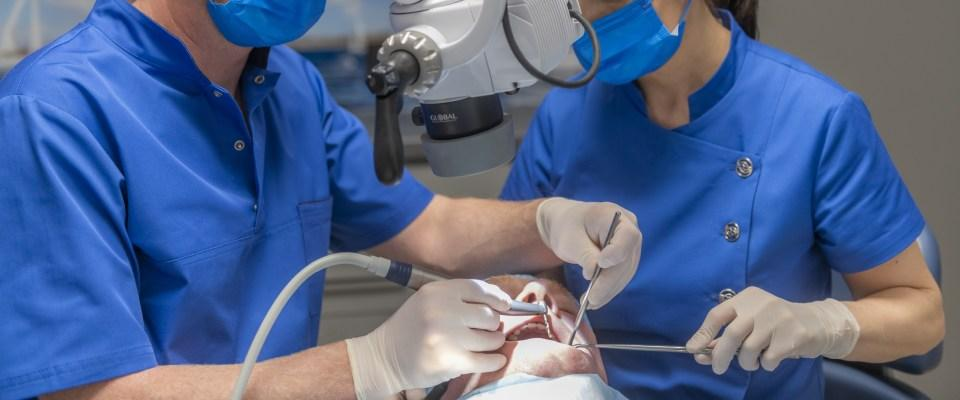 zabieg implantacji zęba
